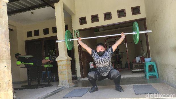 Sebuah rumah di kawasan Perum Griya Mapan Sentosa Waru Sidoarjo menjadi tempat tinggal dan tempat latihan Eko Yuli Irawan sejak 2014 hingga akhirnya bergabung dengan  PABSI Jawa Timur.