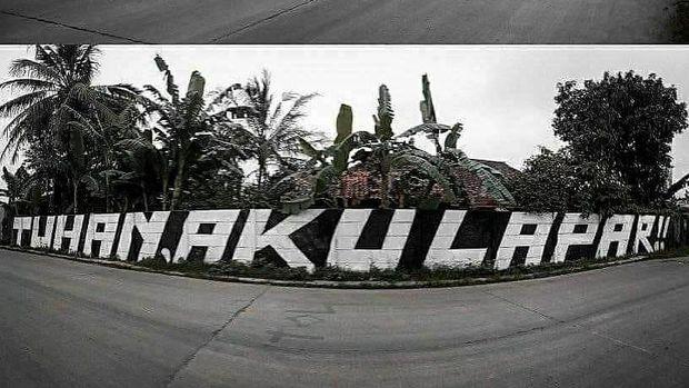 Grafiti 'Tuhan Aku Lapar' di Tigaraksa, Tangerang, sebelum dihapus petugas