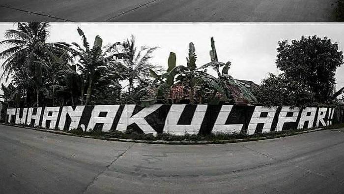 Grafiti Tuhan Aku Lapar di Tigaraksa, Tangerang, sebelum dihapus petugas