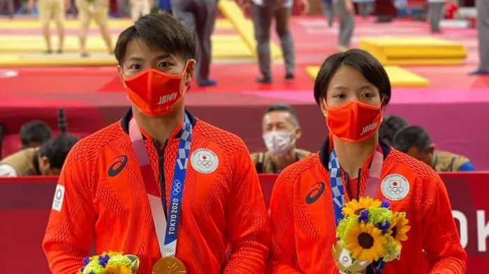 Dua pejudo Jepang, Hifumi Abe dan Uta Abe, menjadi kakak-adik pertama yang berhasil menyabet medali emas di kelas individu dalam pertarungan di Nippon Budokan, Tokyo, Minggu 25 Juli 2021.