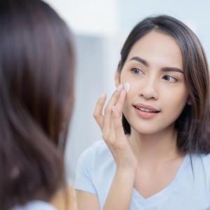 Ini Alasan Harus Pakai Sunscreen di Rumah, Kamu yang WFH Wajib Tahu