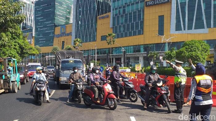Sejumlah jalan di Surabaya tampak masih disekat di hari pertama perpanjangan PPKM level 4. Hanya kendaraan sektor esensial dan kritikal yang diizinkan lewat.