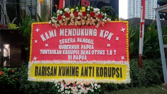 KPK kembali mendapatkan kiriman karangan bunga dari elemen Masyarakat dan Mahasiswa Papua. Apa sih isinya? Dukung KPK tuntaskan Korupsi di Papua.
