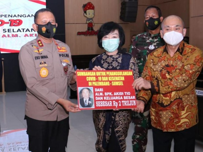 Keluarga pengusaha asal Aceh, Akidi Tio, memberi dana hibah Rp 2 triliun untuk penanganan COVID-19 di Sumsel. (dok Istimewa)