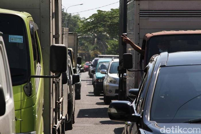 Kemacetan terjadi di Jalan Proklamasi Sukoharjo, Jawa Tengah, Senin (26/7). Kemacetan diakibatkan penyekatan di jalan Ir. Soekarno imbas penerapan PPKM.