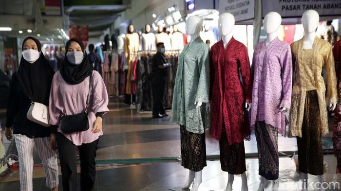 PPKM Level 4 diperpanjang dengan kelonggaran pada usaha kecil, termasuk Pasar Tanah Abang, Jakarta. Namun Pasar Tanah Abang masih terlihat sepi pengunjung.