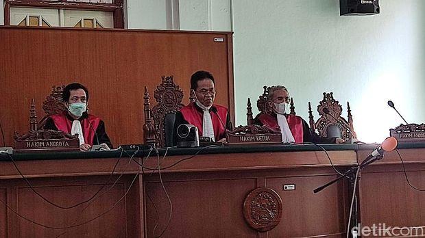 Majelis hakim saat memvonis Agung Sucipto 2 tahun penjara.