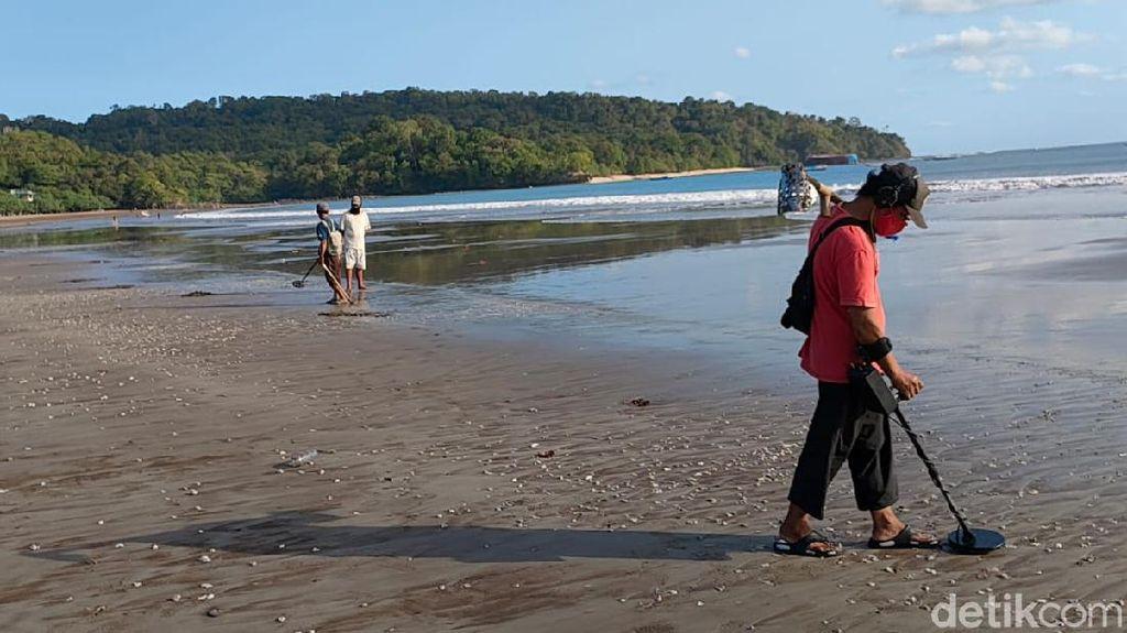 Aksi Pemburu Harta Karun Berbekal Metal Detector di Pantai Pangandaran
