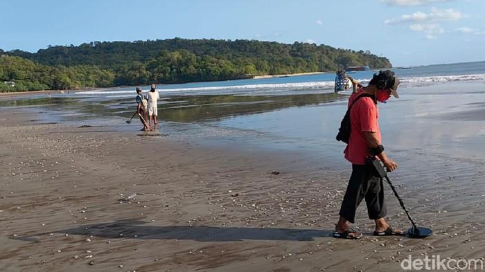 Melihat aksi pemburu harta karun di Pantai Pangandaran