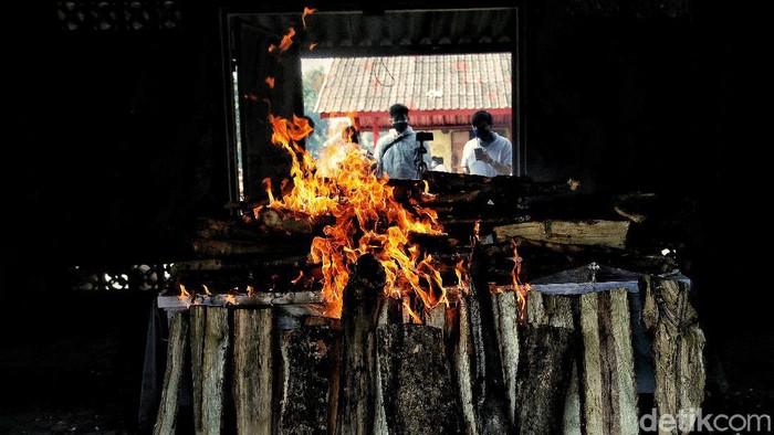 Sejumlah petugas membakar peti jenazah COVID-19 saat prosesi kremasi di Krematorium Cilincing, Jakarta Utara, Senin (26/7).