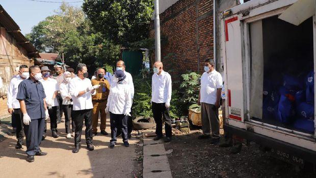 Menteri Kelautan dan Perikanan Sakti Wahyu Trenggono membagikan bantuan berupa 1 ton ikan kembung di Bantargebang, Bekasi.