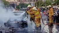 7 Cara Mencegah Mobil Terbakar Tiba-tiba di Jalan