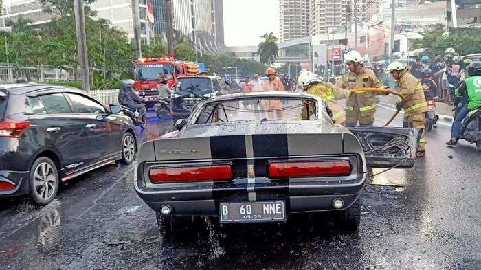 Mobil Mustang V8 terbakar di Pondok Indah, Kebayoran Lama, Jaksel (Dok.istimewa)
