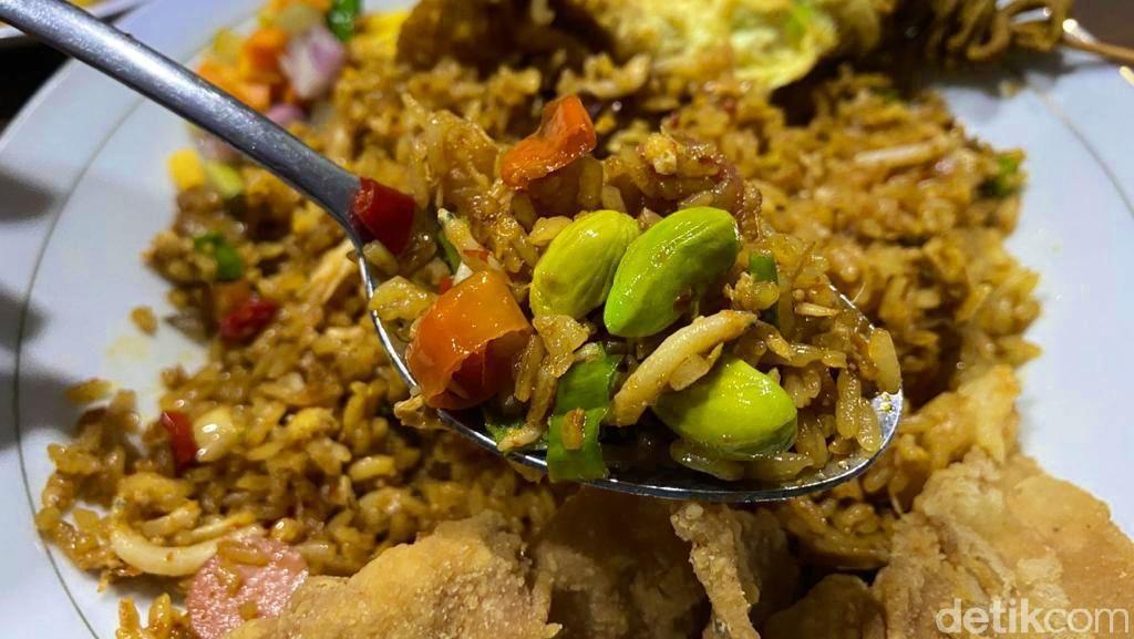 Makan Kenyang Nasi Goreng Teri Pete dan Kulit Ayam Goreng Crispy Enak