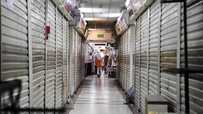 Portir memanggul barang di Pasar Tanah Abang, Jakarta, Senin (26/7/2021). Pemerintah akan memberikan insentif berupa pembebasan Pajak Pertambahan Nilai (PPN) atas jasa sewa kios, gerai dan toko di pusat perbelanjaan selama Juni-Agustus 2021 untuk membantu dunia usaha yang terdampak penerapan Pemberlakuan Pembatasan Kegiatan Masyarakat (PPKM). ANTARA FOTO/Hafidz Mubarak A/wsj.