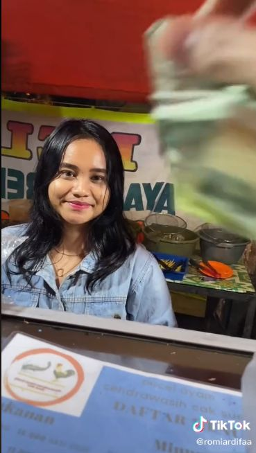 Parasnya Manis, Penjual Pecel Lele di Fatmawati Ini Dipuji oleh Netizen