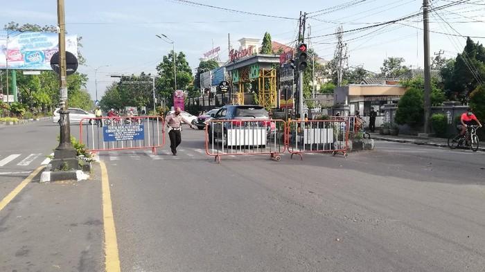 Penutupan jalan di Solo saat PPKM, Senin (26/7/2021).