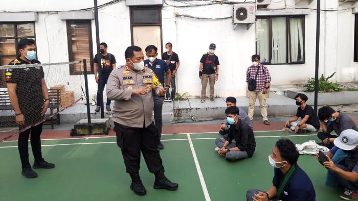 Polisi mengamankan sekelompo massa yang demo di depan kantor Wali Kota Tangsel, Senin (26/7/2021).