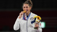 Menguak Tradisi Atlet Olimpiade Gigit Medali