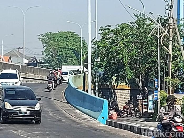 Tidak ada pelonggaran dalam penyekatan PPKM level 4 di Surabaya yang diperpanjang. Banyak pengendara yang harus diputar balik saat akan masuk Kota Pahlawan.