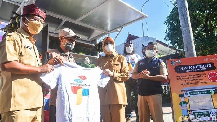 Berbagai upaya dilakukan Pemkab Banyuwangi untuk menumbuhkan solidaritas masyarakat di masa pandemi COVID-19. Bekerja sama dengan Artos Kembang Langit, Pemkab launching Program Lapak Berbagi.