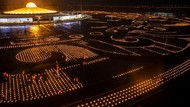 Ribuan Lilin Terangi Kuil Buddha Saat Perayaan Asalha Puja