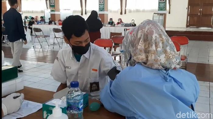 Ribuan santri di Tasikmalaya jalani vaksinasi COVID-19.