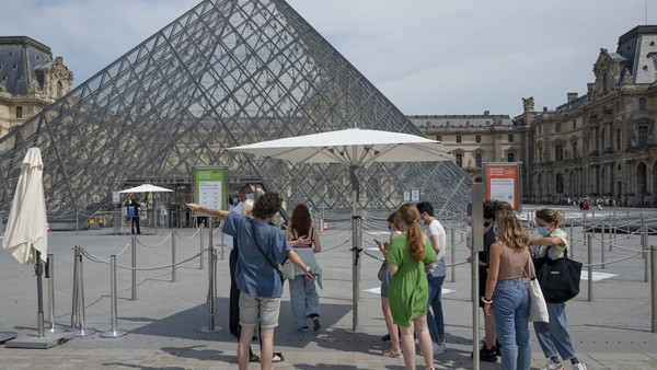 Sejumlah orang mengantre untuk masuk ke dalam Museum Louvre di Paris, Prancis. AP Photo/Rafael Yaghobzadeh.