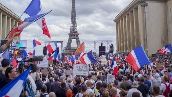 Surat bebas COVID-19 sebagai syarat untuk memasuki sejumlah tempat umum di Prancis itu pun menuai pro dan kontra di kalangan masyarakat. Aksi unjuk rasa menentang hal tersebut terjadi di kawasan Prancis. AP Photo/Rafael Yaghobzadeh.