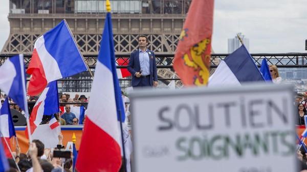 Ribuan pengunjuk rasa pun berkumpul di Place Trocadero yang berada di dekat Menara Eiffel untuk menentang surat bebas COVID-19 yang menjadi syarat untuk mengakses sejumlah tempat di negara tersebut sebagai upaya mencegah lonjakan kasus COVID-19 imbas varian Delta. AP Photo/Rafael Yaghobzadeh.