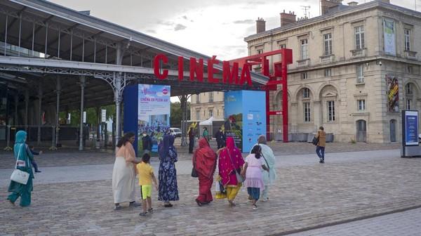 Sejumlah orang berjalan di sepanjang bioskop yang berada di kawasan Paris, Prancis, Minggu (25/7/2021). AP Photo/Rafael Yaghobzadeh.