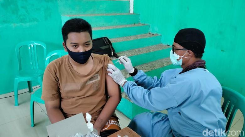 Santri Ponpes di Majalengka Ikut Vaksinasi