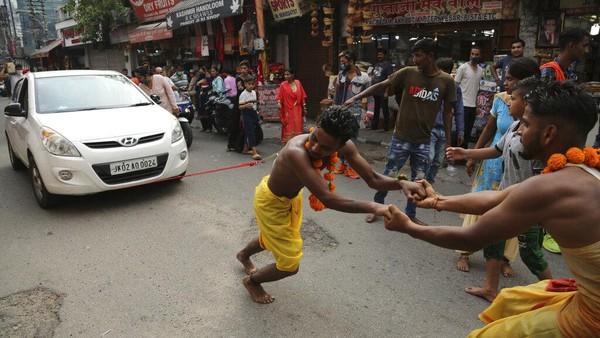Namun di India acara itu digelar untuk menyembah salah satu dewi sebagai imbalan atas keinginan yang terpenuhi.