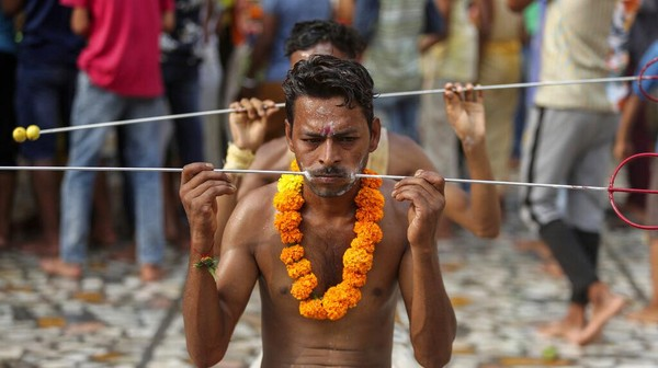Meski di tengah pandemi, ritual ini tetap dilakukan di Jammu, India, Minggu (25/7/2021).