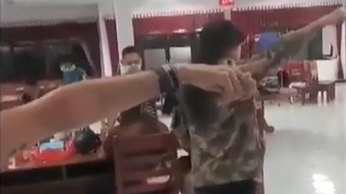 Tangkapan layar video paman Aurel, Andy Rompas saat adu muluit dengan petugas kesehatan meminta Aurel dikeluarkan dari tempat isolasi di Manado. (dok. Istimewa)