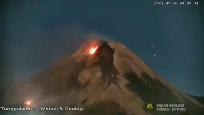 Titik api yang terpantau di lereng barat daya Gunung Merapi