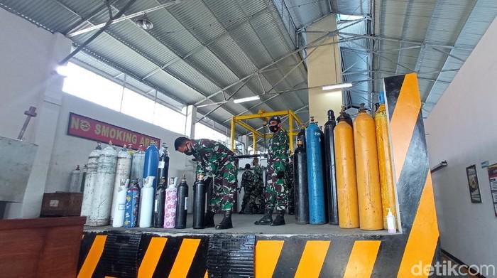 TNI Distribusikan Tabung Oksigen