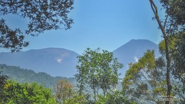 puncak gunung Gede Pangrango dari salah satu puncak hulu kali Bekasi