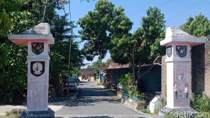 Tugu Desa Mlese Kecamatan Ceper tak jauh dari rumah DLP yang ditemukan tewas terkubur hanya memakai CD di Sleman