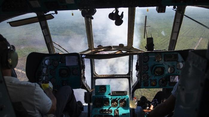 Helikopter MI-18Mtv milik Badan Nasional Penanggulangan Bencana (BNPB) melakukan pemadaman kebakaran lahan dari udara (water bombing) di perkebunan kelapa sawit di Pedamaran, Ogan Komering Ilir (OKI), Sumatera Selatan, Senin (26/7/2021). Badan Penanggulangan Bencana Daerah (BPBD) menerjunkan satu helikopter Kamov Ka-32 dan satu helikopter MI-18 Mtv untuk melakukan pemadaman dari udara di kawasan tersebut. ANTARA FOTO/Nova Wahyudi/wsj.