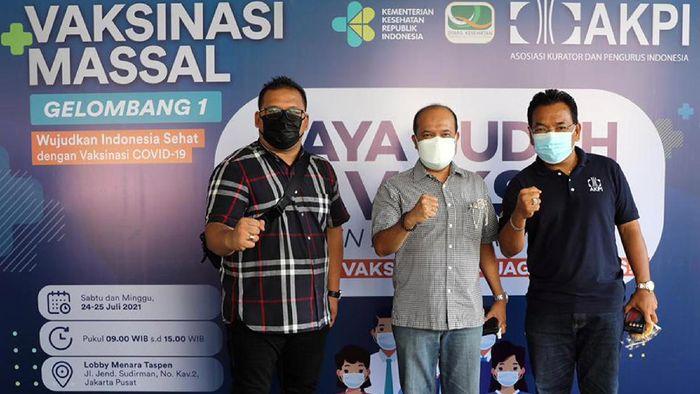 Ketua Umum Asosiasi Kurator Dan Pengurus Indonesia (AKPI) Jimmy Simanjuntak (kanan), Ketua Dewan Sertifikasi AKPI Ricardo Simanjuntak (Dua kanan) tengah meninjau pelaksanaan Vaksinasi Massal gelombang 1 COVID-19, yang digelar AKPI bekerjasama dengan Dinas Kesehatan DKI Jakarta, Minggu (25/7). Kegiatan vaksinasi yang didukung DPRD DKI Jakarta dan PT. Taspen Properti Indonesia tersebut, diikuti oleh 450 orang warga, sebagai komitmen AKPI dalam mendukung program pemerintah dalam mengatasi penyakit COVID-19.