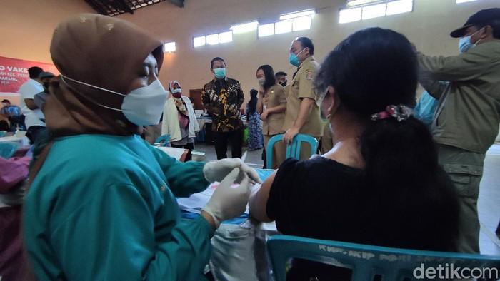 Wali Kota Semarang Hendrar Prihadi meninjau vaksinasi di kantor Kelurahan Pedurungan Tengah