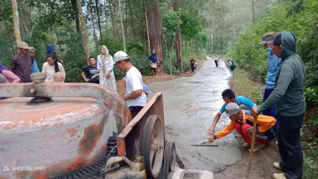 Jalan Rusak Penghubung Dua Kabupaten Diperbaiki dengan Swadaya
