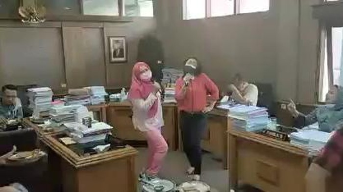 Anggota DRPD Solo karaoke bareng di ruang komisi