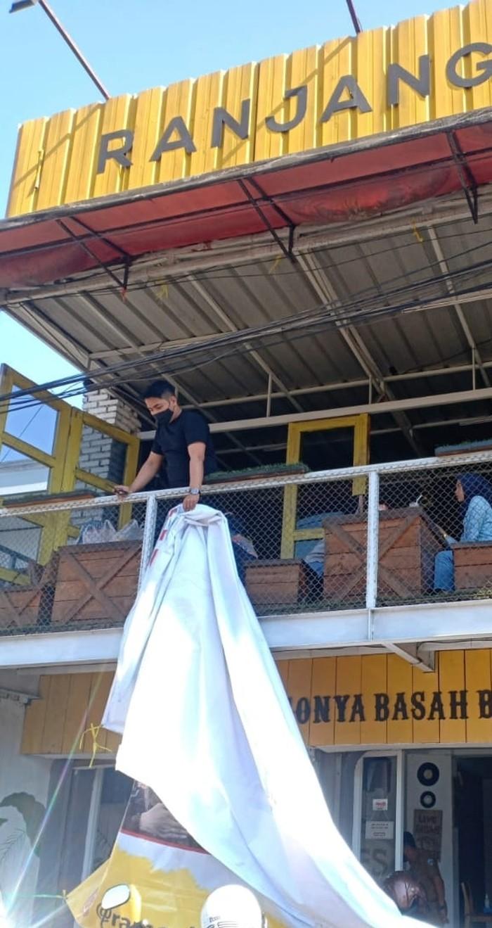 Baliho promo warung ramen kecuali presiden di Garut dicopot