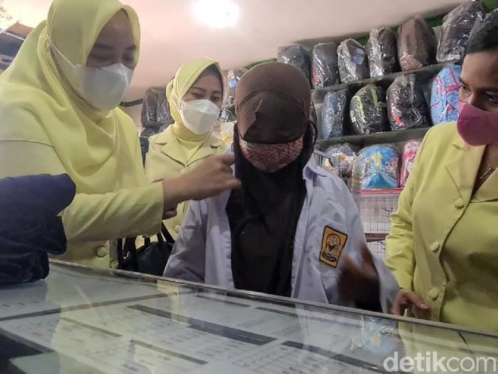 Bocah penjual gorengan di Sukabumi akhirnya bisa kembali bersekolah