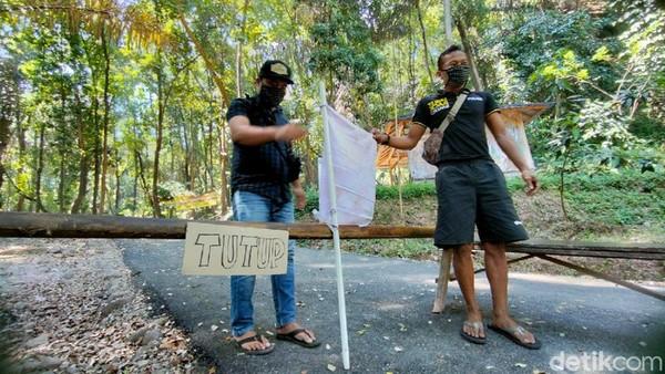 Pengelola obyek wisata Bukit Sanghiyang Dora di Desa Leuwikujang, Kecamatan Leuwimunding, Kabupaten Majalengka juga turut mengibarkan bendera putih. Mereka mengibarkan bendera putih sebagai tanda menyerah terhadap keadaan. (Bima Bagaskara/detikTravel)