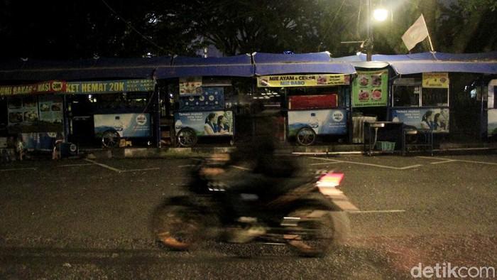 Pelonggaran PPKM Level 4 bagi  masih belum berdampak manis kepada para pedagang kaki lima (PKL)  di Teras Cikapundung Barat, Kota Bandung.