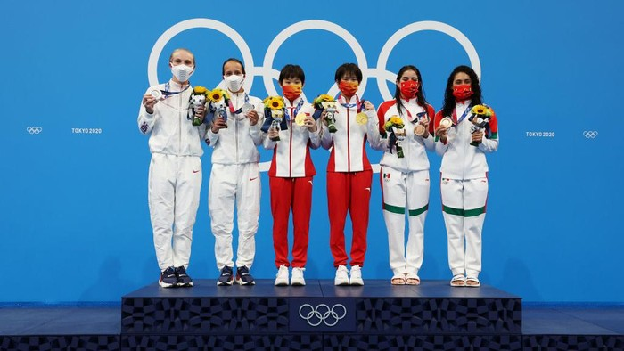 TOKYO, JAPAN - JULY 27: (L-R) Silver medalists Delaney Schnell and Jessica Parratto of Team United States, gold medalists Yuxi Chen and Jiaqi Zhang of Team China and bronze medalists Alejandra Orozco Loza and Gabriela Agundez Garcia of Team Mexico pose during the medal ceremony for the Womens Synchronised 10m Platform Final on day four of the Tokyo 2020 Olympic Games at Tokyo Aquatics Centre on July 27, 2021 in Tokyo, Japan. (Photo by Tom Pennington/Getty Images)