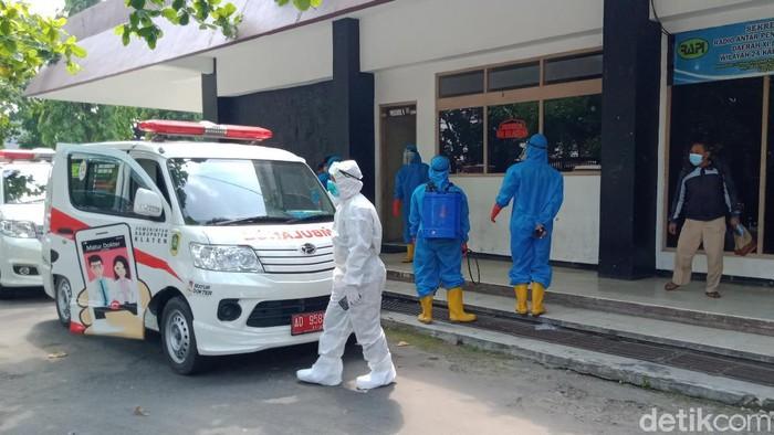 Evakuasi warga terkonfirmasi COVID-19 ke GOR Gelarsena, Klaten